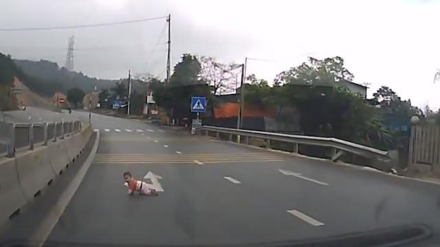 Bebé salvo quando gatinhava em autoestrada no Vietname