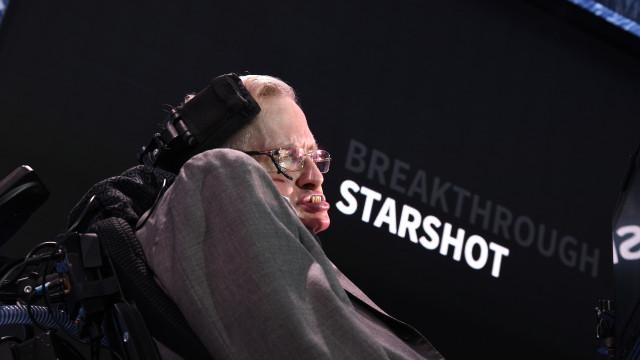 Stephen Hawking vai repousar eternamente ao lado Newton e Darwin