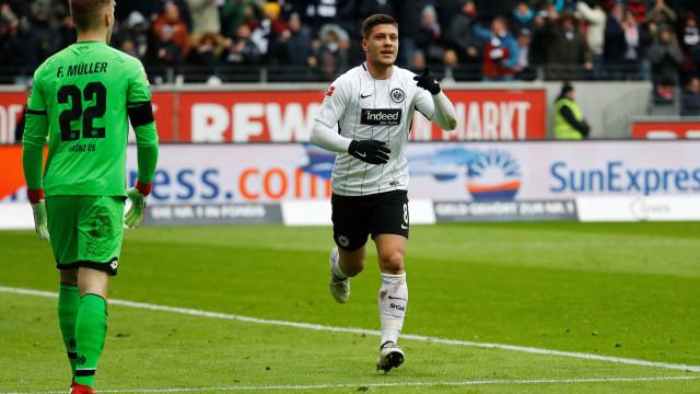 Noite de sonho valeu a Jovic a entrada para a história da Bundesliga