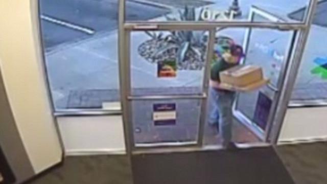 Polícia revelou fotos do possível bombista de Austin a entregar encomenda