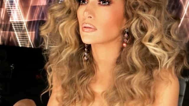 Jennifer Lopez 'arrasa' com look sensual e cabelo ondulado