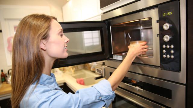 Nunca coloque estes objetos no microondas