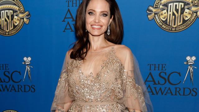Angelina Jolie nas compras de Natal com os filhos
