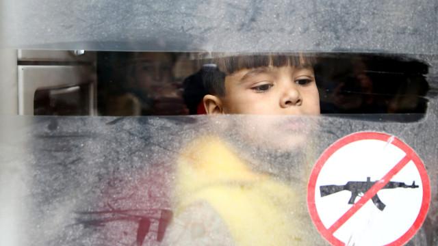 Civis e combatentes começaram a sair de uma zona de Ghouta oriental