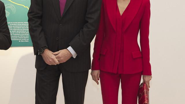 Poderosa, rainha Leitizia deslumbra em look vermelho