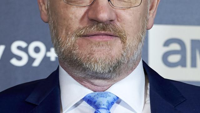 """Ator de 'The Crown' reage à polémica da desigualdade salarial: """"Vergonha"""""""