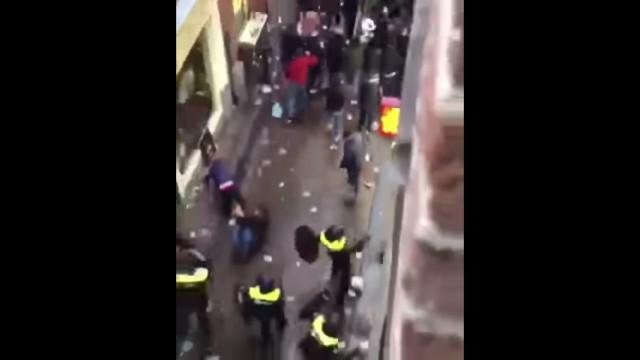 Violência entre forças policiais holandeses e adeptos ingleses