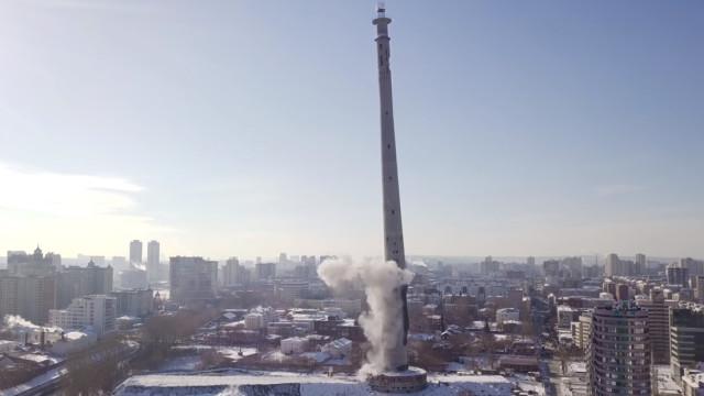 Imagens da demolição de torre de televisão inacabada