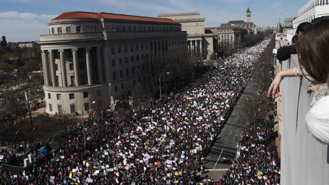 """Washington encheu-se numa """"revolução"""" contra as armas liderada por miúdos"""