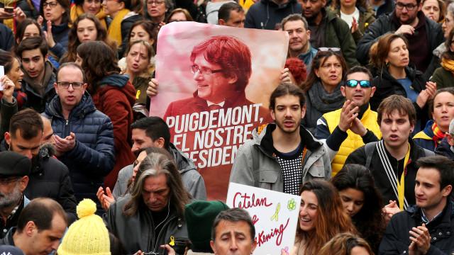 Polícia antimotim intervém nos protestos pela libertação de Puigdemont