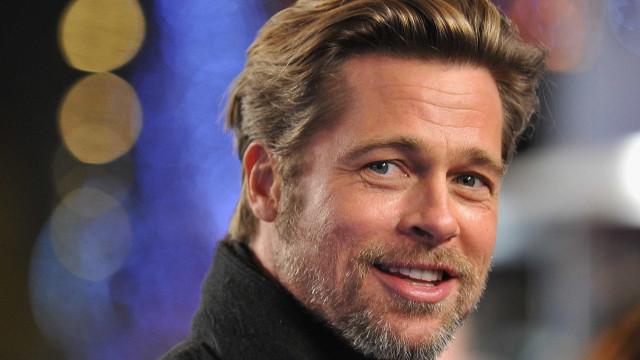 """Brad Pitt fala """"várias vezes por dia"""" com alegada namorada ao telefone"""