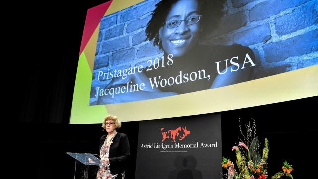 Escritora Jacqueline Woodson vence prémio literário Astrid Lindgren