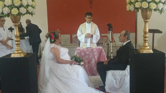 Proibidos de namorar em 1970, reencontraram-se agora no lar e casaram