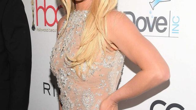 Ups! Britney Spears descuida-se e mostra mamilo durante concerto