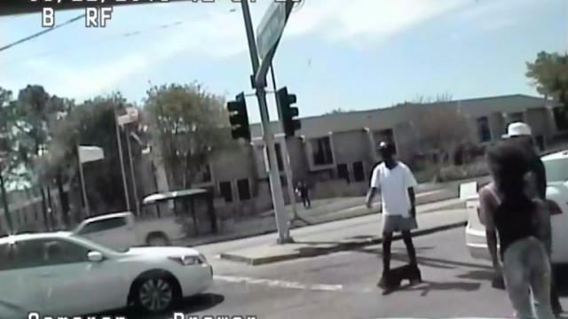 Polícia mata homem desarmado com as calças para baixo nos EUA