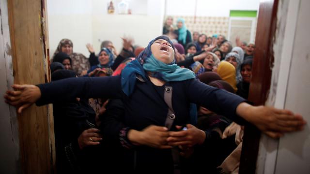 Famílias choram palestinianos mortos no primeiro de muitos dias de luta