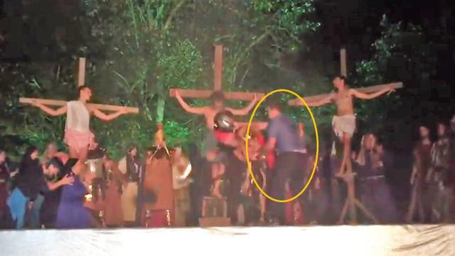 Invade peça de teatro, bate em soldado romano mas não tira Cristo da cruz