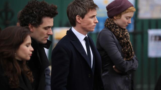 Eddie Redmayne homenageia Stephen Hawking em funeral