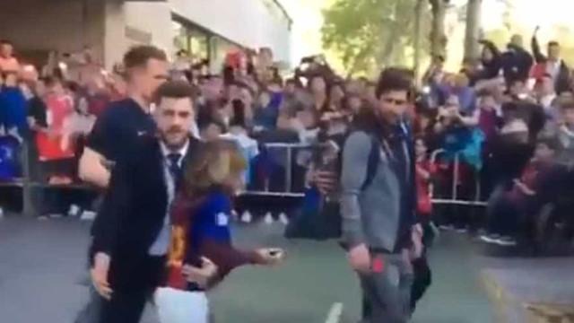 Pequena fã tentou romper cordão de segurança e esta foi a reação de Messi