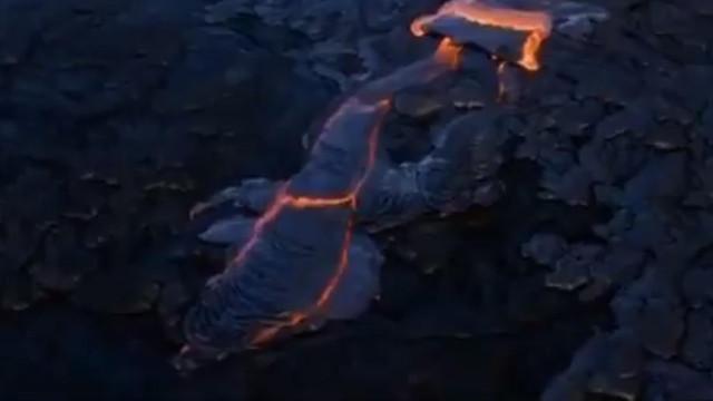 Chuvas intensas na lava do vulcão Kilauea criam raro fenómeno