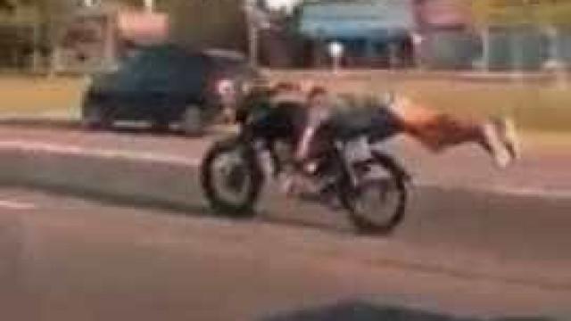 Motociclista filmado a fazer acrobacia em plena estrada a 130 km/h
