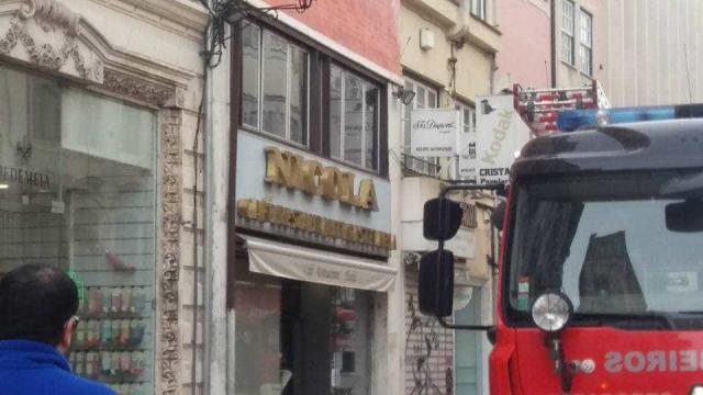 Chamas consumiram Café Nicola em Coimbra. Bombeiros mantêm vigilância