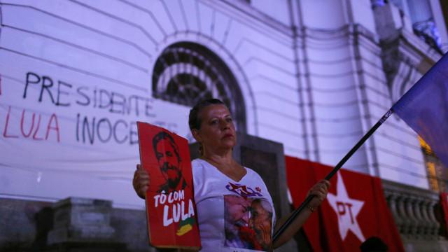 """Protesto frente à embaixada do Brasil em Lisboa pela """"libertação de Lula"""""""