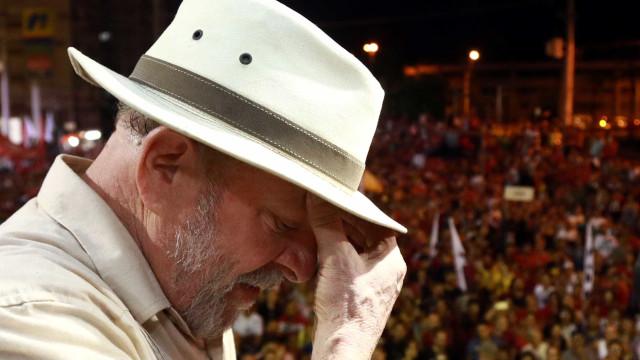 Lula deixa Sindicato dos Metalúrgicos a pé e já está com Polícia Federal