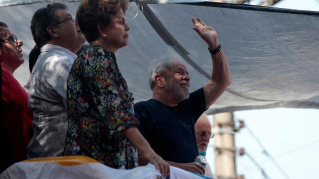 Dilma ao lado de Lula na missa antes da detenção. Veja em direto