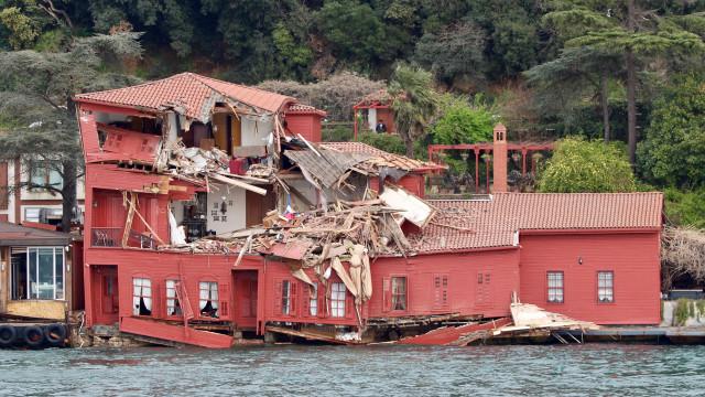 Navio embate contra edifício histórico na margem do Bósforo