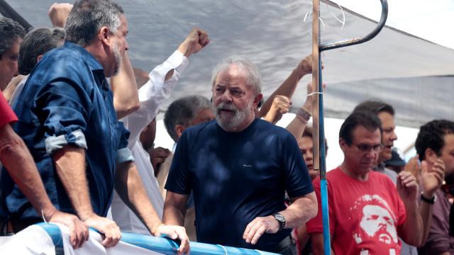 Protestos, feridos e um país dividido no regresso de Lula à cadeia