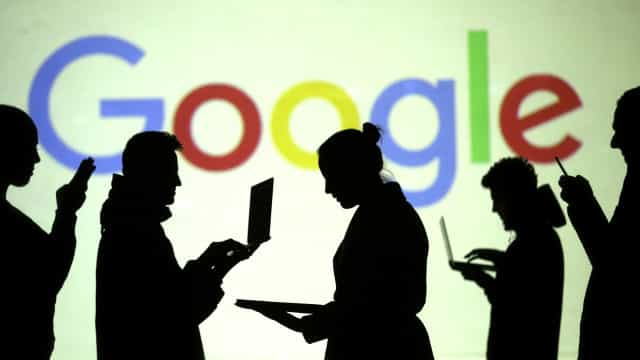 Com olhares no Facebook, são cada vez mais os que apontam o dedo à Google