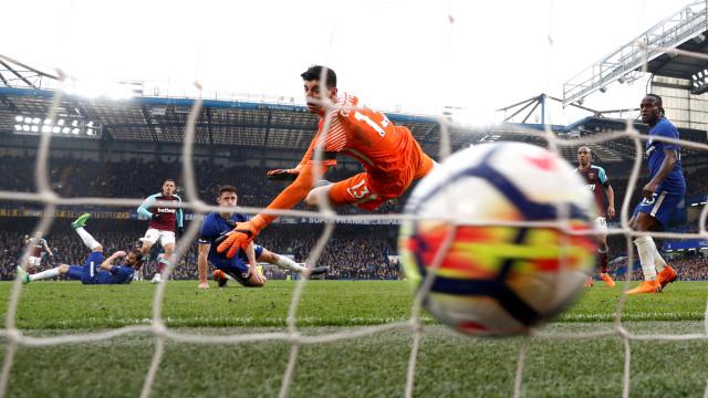 Adeptos do West Ham 'excitaram-se' com o golo e atiraram objeto insólito