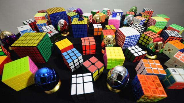 Menino resolve três cubos de Rubik enquanto faz malabarismo