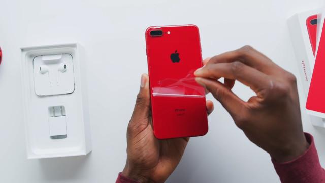 Veja o iPhone 8 vermelho a ser tirado da caixa. Consegue resistir?