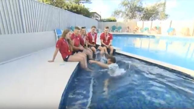 Jornalista cai em piscina em pleno direto