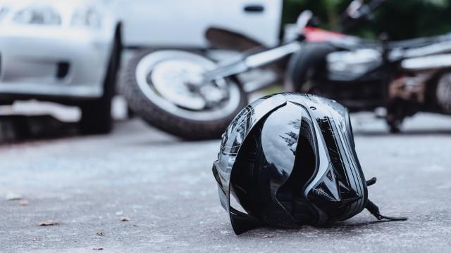 Motociclista morre atropelado após despiste. Criança fica em estado grave