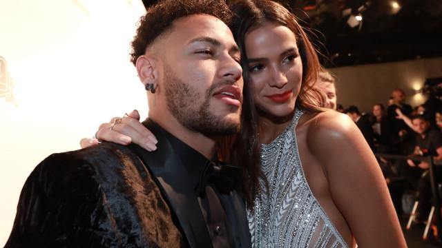 Neymar mostra momento romântico ao lado do seu amor