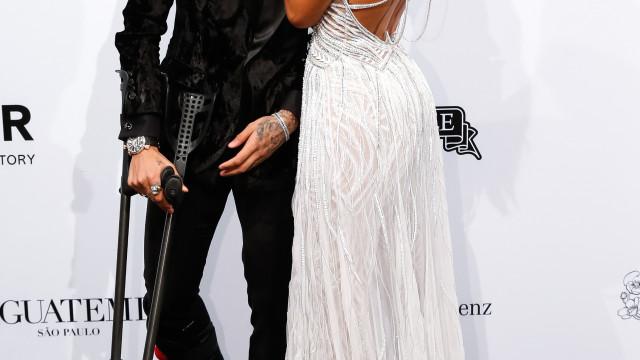Neymar e Bruna Marquezine brilham com poses apaixonadas em evento