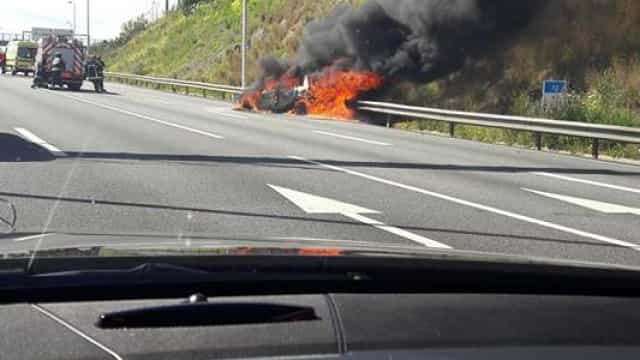Carro em chamas na berma da A5 em Oeiras. Não há feridos