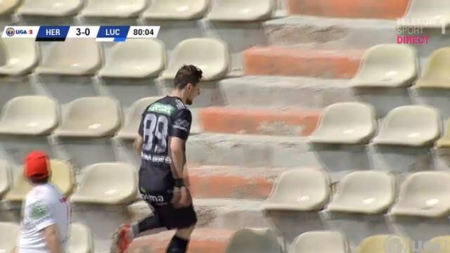 Roménia: Marca golo e sai de campo para... se aplaudir nas bancadas