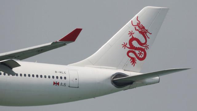 Passageiro faz assistente de bordo refém em voo da Air China