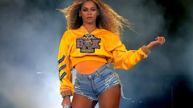 """Beyoncé assume as suas novas curvas: """"Tenho uma barriguinha de mãe"""""""