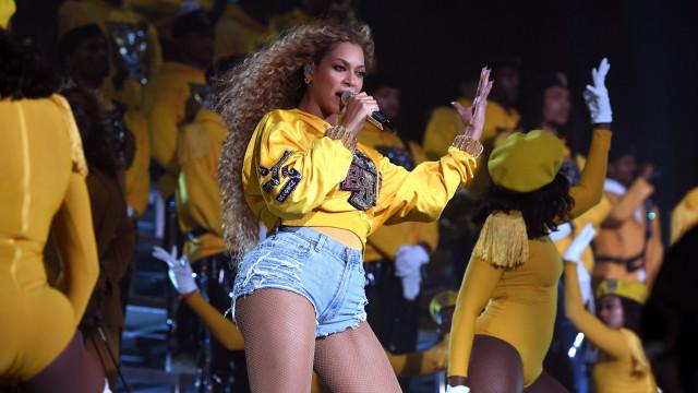 Beyoncé cai ao tentar pegar irmã ao colo durante atuação no Coachella