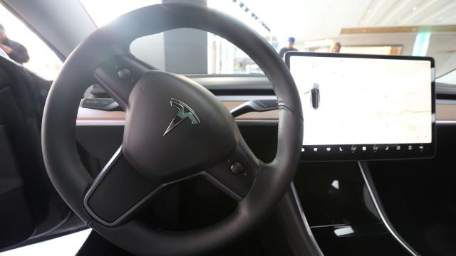 "Elon Musk: ""Tesla Model 3 tem demasiada nova tecnologia"""