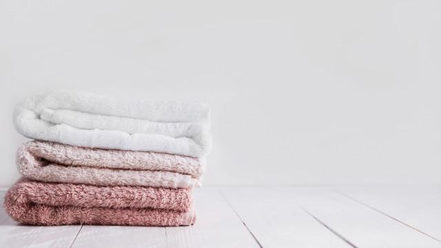 Há uma forma correta de lavar toalhas (e não é aquela que tem usado)