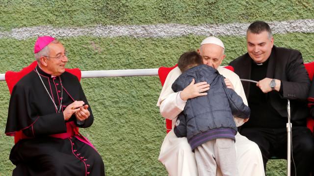 """""""O meu pai está no Céu?"""" Papa abraça menino que chorava morte do pai ateu"""