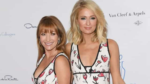 Paris Hilton e Jane Seymour surgem com mesmo vestido em evento