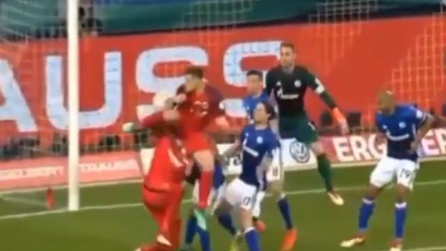 Golaço de calcanhar de Jovic... para Benfica ver
