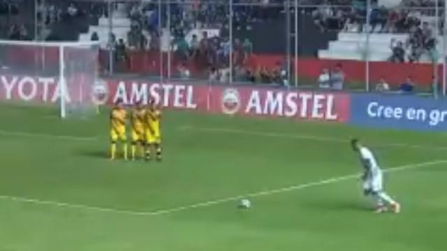 Pontapé canhão de Óscar 'Tacuara' Cardozo volta a fazer estragos